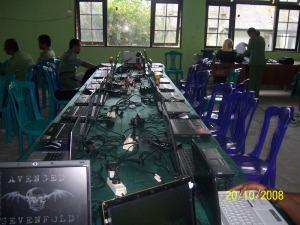 Fasilitas seminar berupa laptop yang telah disediakan untuk peserta